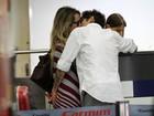 Juliana Didone e o namorado beijam muito em aeroporto