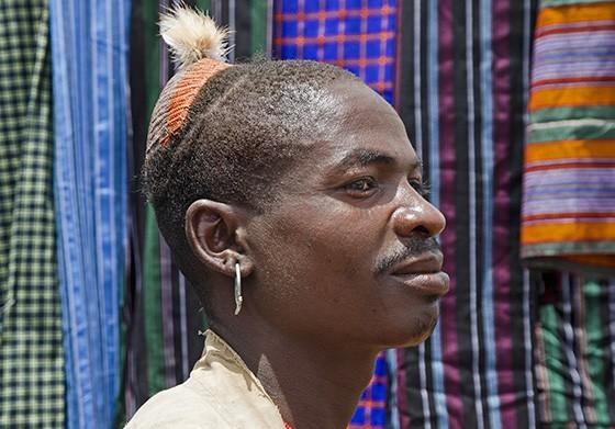 O homem hamer faz um penteado especial e o topo da cabeça é decorado com argila pintada e uma pena (Foto: © Haroldo Castro/ÉPOCA)