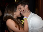 Ex-BBB Jonas e Mari Gonzalez se beijam em show de Jorge e Mateus