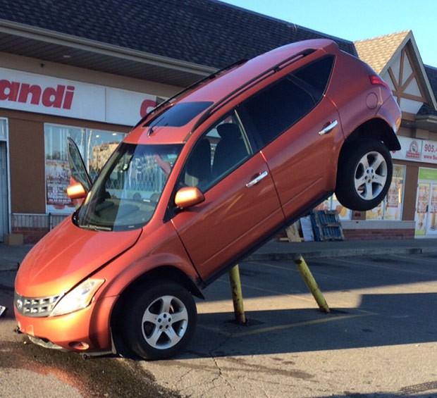 Motorista se envolveu em um acidente bizarro em Brampton (Foto: Reprodução/Twitter/Peel Regional Police)