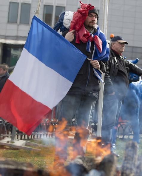 Pequenos produtores protestam em frente ao Parlamente Europeu, na Bélgica, contra o fim do regime de quotas leiteiras. A partir de 1° de abril o setor terá que se adaptar à flutuação dos preços de mercado de compra e venda do produto