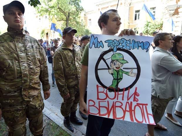 Manifestantes pedem que presidente ucraniano acabe com cessar-fogo com separatistas pró-Rússia, durante protesto realizado na Praça da Independência de Kiev neste domingo (29) (Foto: AFP PHOTO / SERGEI SUPINSKY)
