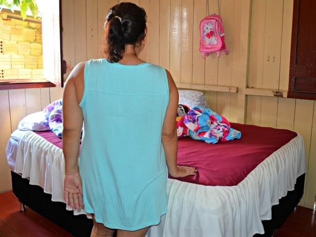 Vítima estava dormindo com o marido e a filha de 5 anos quando assaltantes invadiram a casa (Foto: Aline Nascimento/G1)
