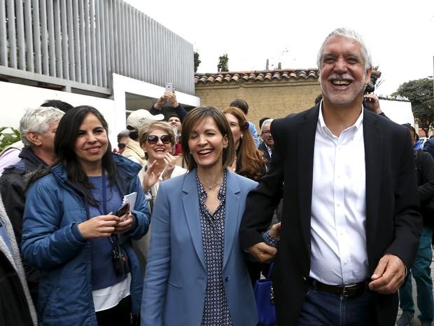 O candidato a prefeito de Bogotá Enrique Penalosa e sua mulher Liliana após votação na capital colombiana, neste domingo (25) (Foto: REUTERS/Jose Miguel Gomez)