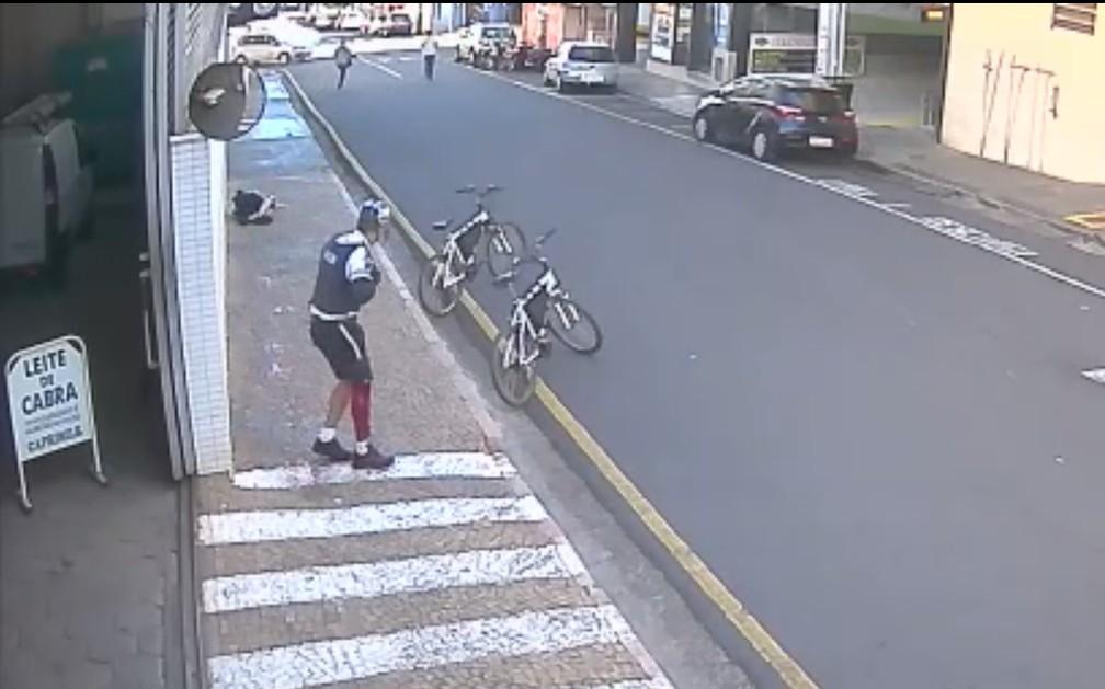 Guarda Municipal baleado no chão e outro com a perna ferida (Foto: Reprodução)