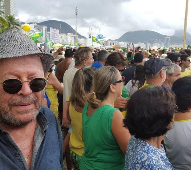 Carlos Vereza em Copacabana, na manifestação contra o governo  (Foto: Reprodução/Instagram)