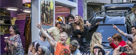 Quarta temporada de 'Pé na Cova' teve escândalo político e mulheres peladas; veja o que rolou!