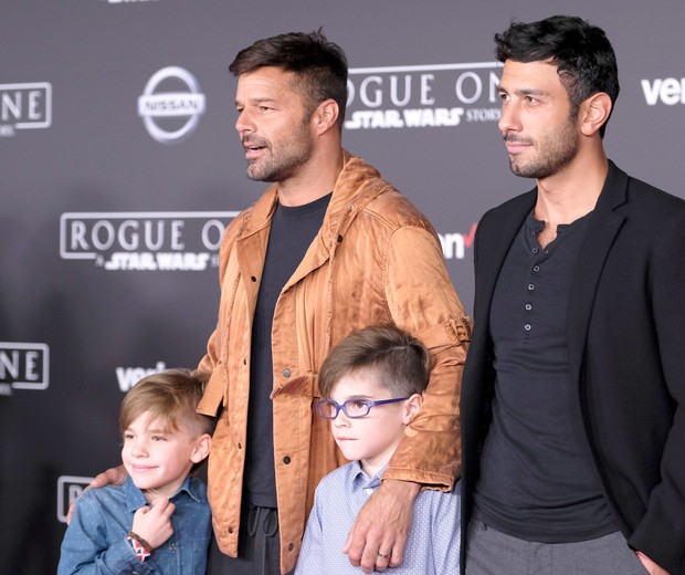 "HOLLYWOOD, CA - DECEMBER 10:  Musician Ricky Martin and Jwan Yosef (top L-R) and Valentino Martin and Matteo Martin attend the premiere of Walt Disney Pictures and Lucasfilm's ""Rogue One: A Star Wars Story"" at the Pantages Theatre on December 10, 2016 in  (Foto: Getty Images)"