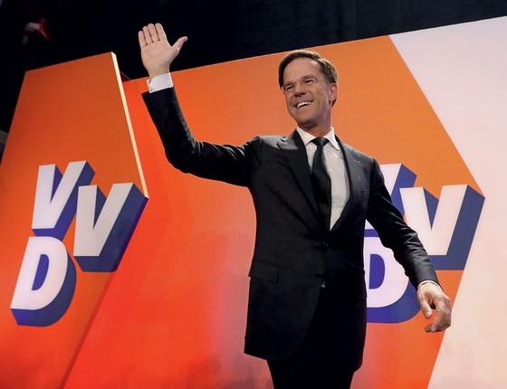 O primeiro ministro Mark Rutte festeja vitória .Para vencer,ele incorporou o discurso nacionalista (Foto: Yves Herman / Reuters)