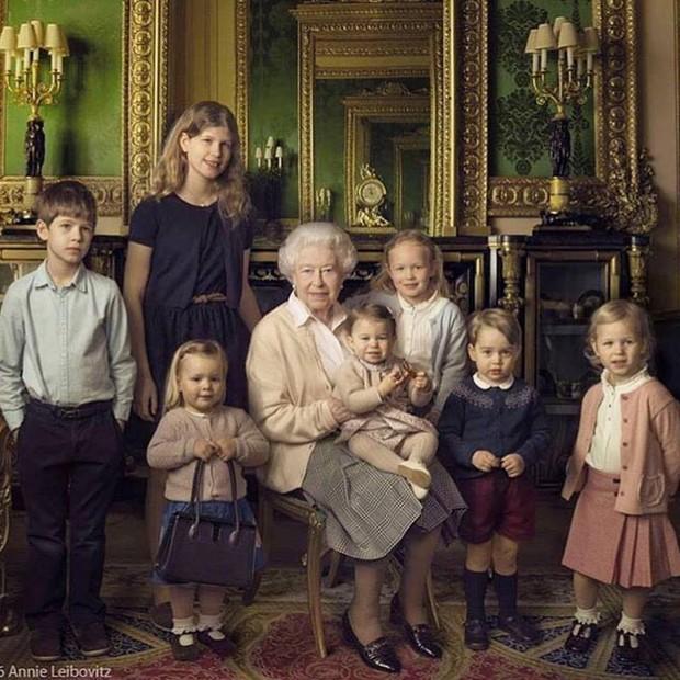 A rainha com seus dois netos mais novos e seus cinco bisnetos em foto tirada no Castelo de Windsor logo depois da Páscoa por Annie Leibovitz.  Da esquerda para a direita, James, Visconde Severn, Lady Louise, Mia Tindell, a rainha, a princesa Charlotte, Sa (Foto: Reprodução)