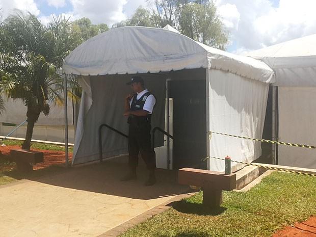 Segurança impede entrada de curiosos em local onde triatleta sofreu choque elétrico após competição em Brasília (Foto: Isabella Formiga/G1)