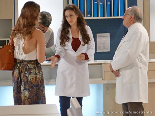 Rebeca conta para Paloma do perfume de sabonete no chão (Foto: Amor à Vida/TV Globo)