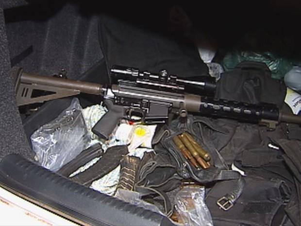 Fuzis de uso das Forças Armadas foram apreendidos durante a operação (Foto: Reprodução/TV Tem)