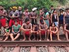 Índios fecham ferrovia da Vale em MG em protesto contra 'morte de rio sagrado'