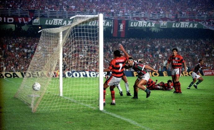 Renato gaucho fluminense gol de barriga Flamengo 2  x 3 Fluminense maracanã (Foto: Aníbal Philot / Agência O Globo)