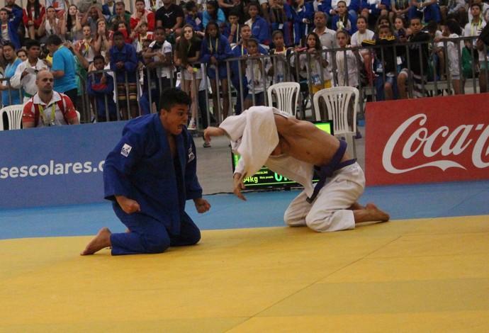 Júlio comemora a vitória e a conquista da medalha de ouro (Foto: Mariana Bolsoni/Divulgação)