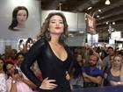 Decotada e de vestido justo, Geisy Arruda 'causa' em feira de beleza