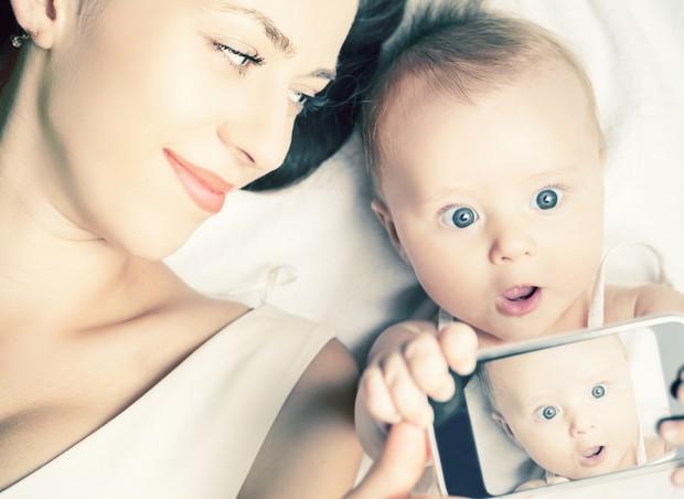 Selfie de mãe e filho (Foto: Thinkstock)