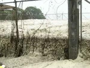 Espuma pode ser vista em diversos pontos de Paraty e Angra dos Reis (Foto: Reprodução /TV Rio Sul)