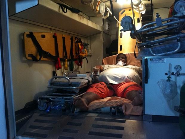 Paciente foi transferido em ambulância para HGE, em Salvador (Foto: Egi Santana/G1)