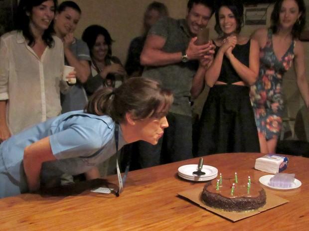 Sabrina sopra as velas do seu bolo surpresa (Foto: Rodrigo Brisolla/Gshow)