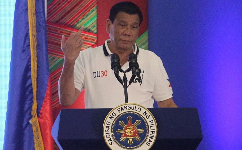 Rodrigo Duterte mostra o dedo médio em discurso contra a União Europeia (Foto: Lean Daval Jr./Reuters)