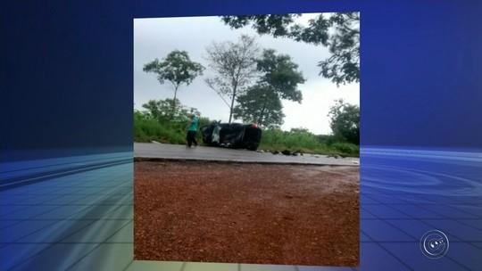 Carro capota após batida e deixa motorista ferida em Angatuba