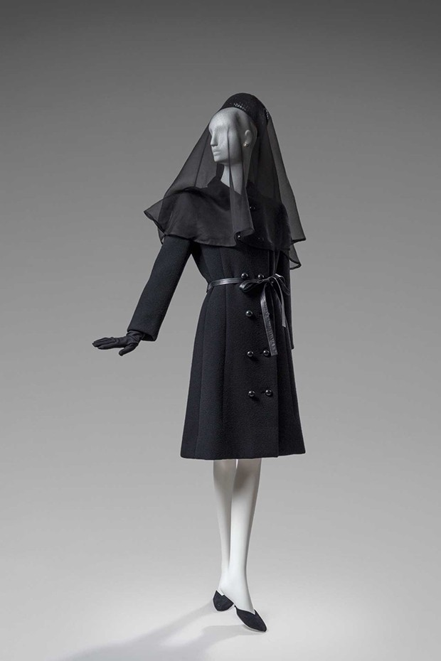 The Givenchy woollen coat worn by the Duchess of Windsor to the funeral of the Duke of Windsor in 1972 (Foto: GIVENCHY. PHOTO BY LUC CASTEL)