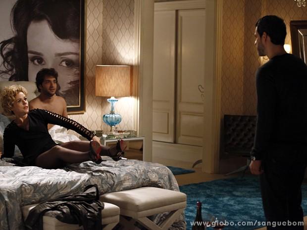 Natan flagra Bárba e Fabinho na cama (Foto: Sangue Bom/TV Globo)