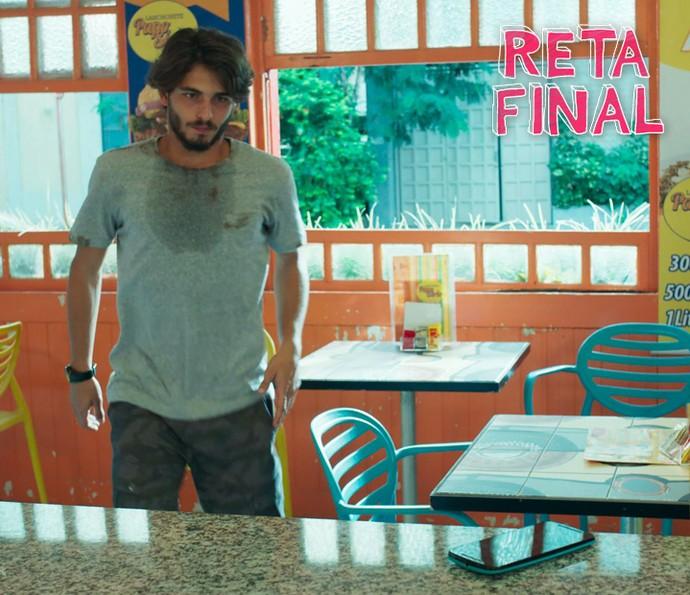 Roger vê o celular de Jéssica e aproveita que a menina está longe para pegá-lo (Foto: TV Globo)