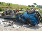 Caminhão carregado com granito tomba na BR-101, na Bahia
