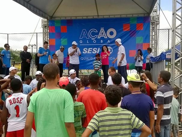 Os atores Julia Konrad e Caio Paduan participam de brincadeiras com o público em Pádua (Foto: Globo/Anderson Ramos)