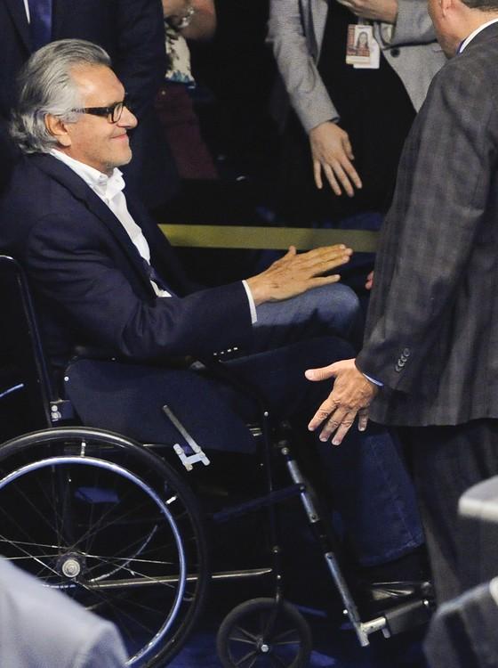 O senador Ronaldo Caiado (DEM-GO) compareceu de cadeira de rodas para a votação sobre o afastamento do senador Aécio Neves (Foto: Marcos Oliveira/Agência Senado)