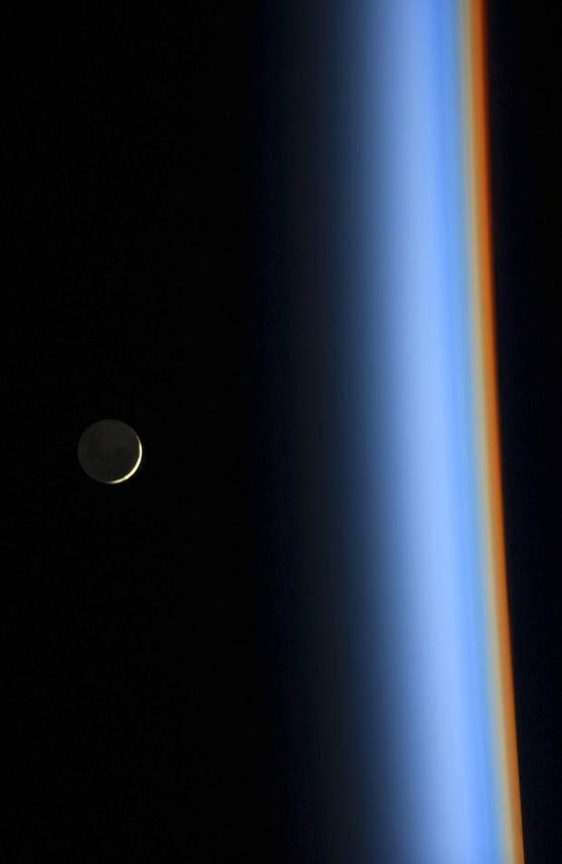 Imagem aproximada mostra detalhes das diferentes cores vistas através da atmosfera terrestre (Foto: Koichi Wakata/Nasa/Reuters)