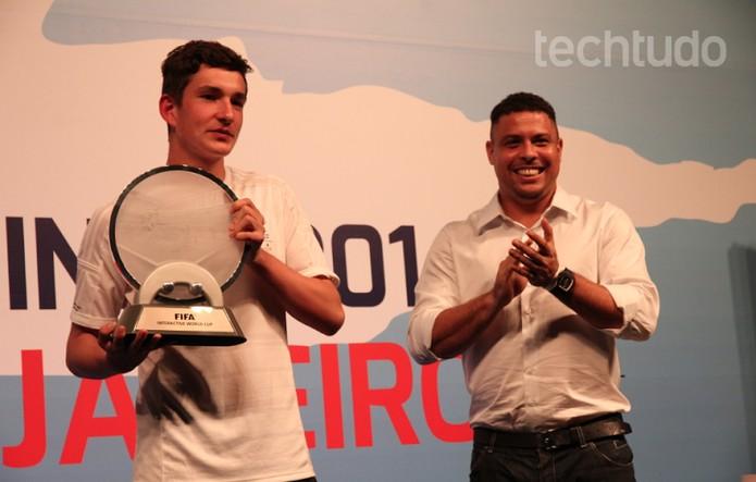 Dinamarquês recebeu prêmio das mãos de Ronaldo (Foto: Matheus Vasconcellos/ TechTudo)
