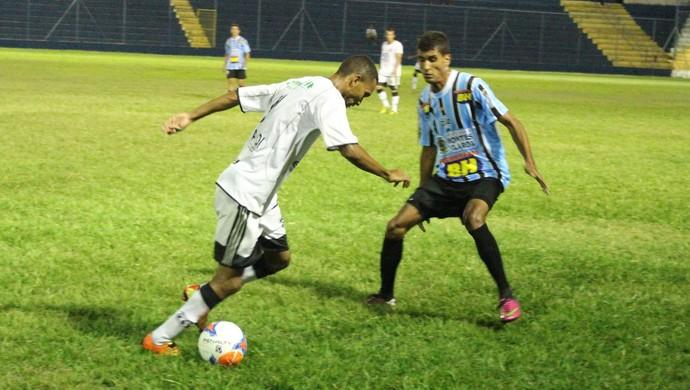 Apesar da correria, as equipes não conseguiram concluir boas jogadas. (Foto: Valdivan Veloso/globoesporte.com)