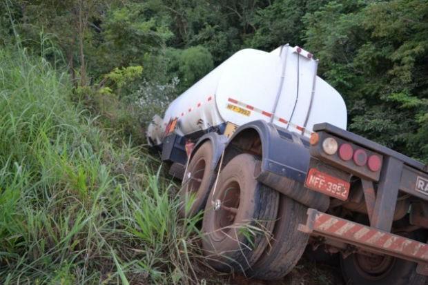 Tanque ficou suspenso em despenhadeiro de cerca de 50 metros, na TO-080 (Foto: Divulgação/Surgiu.com)