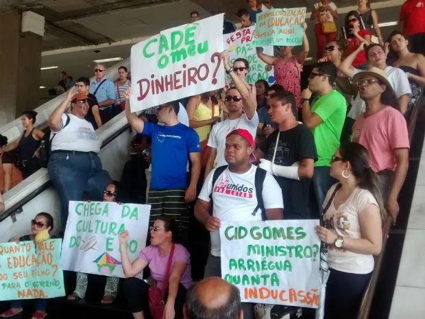 Professores fazem manifestação na Rodoviária do Plano Piloto, em Brasília, pelo pagamento de salários em atraso (Foto: Lucas Nanini/G1)