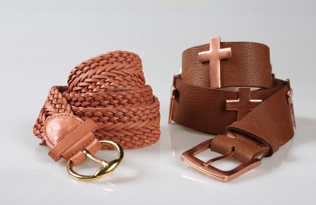 Cinto em couro marrom com cruz da Espaço Fashion (R$159) e  cinto Tresse rose da Via Mia (R$69) (FOTO: Paula Giolito)