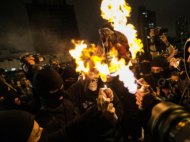 Integrantes do Black Bloc queimam exemplar da revista Veja durante manifestação no Largo da Batata, em São Paulo. (Foto: Gabriela Biló/Futura Press/Estadão Conteúdo)