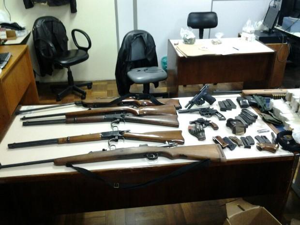 Armas e munição apreendidas com o tenente-coronel Pereira em Porto Alegre (Foto:  Éverton Nunes/Brigada Militar/Divulgação)
