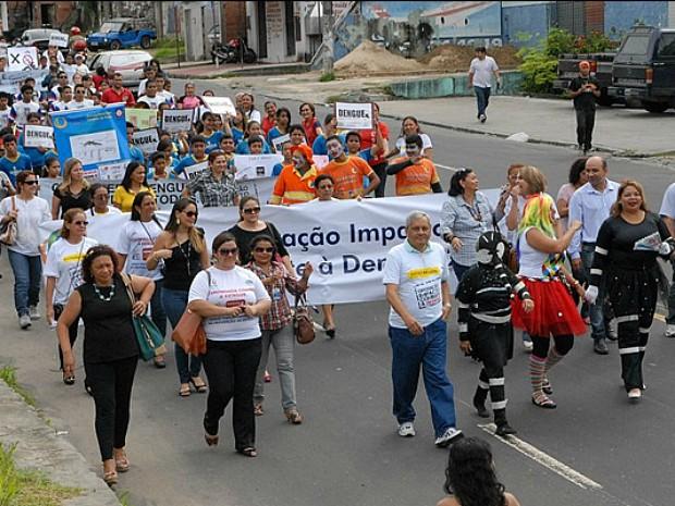 Ação de combate à dengue contou com mais de 200 alunos da rede pública (Foto: Divulgação/Semcom)