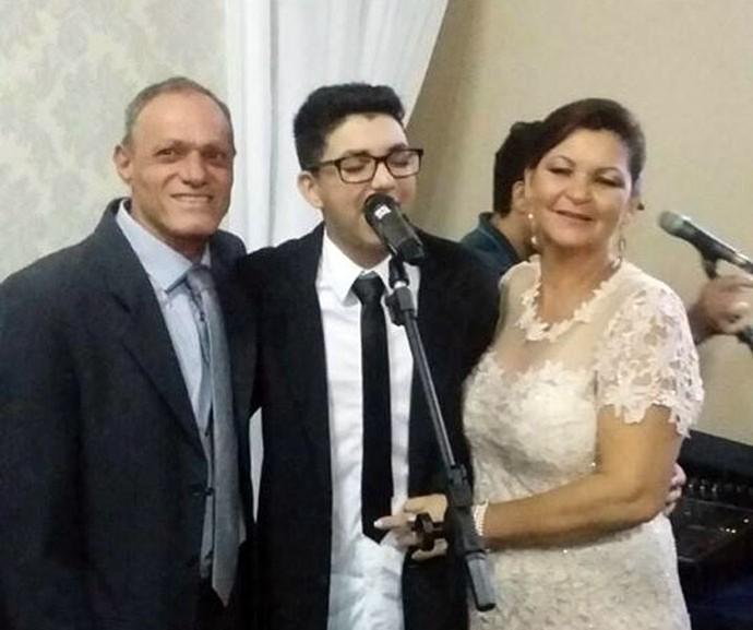 Wagner cantou ao lado dos pais na cerimônia especial (Foto: Arquivo pessoal)