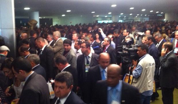 Prefeitos se aglomeram no Salão Verde da Câmara para pressionar deputados por maiores repasses federais (Foto: Filipe Matoso/G1)