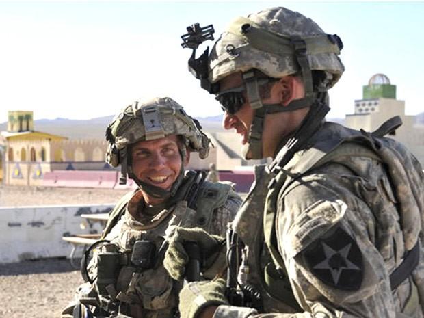 Sargento Robert Bales (esq.), em foto de agosto de 2011 (Foto: Spc. Ryan Hallock / DVIDS / AFP)