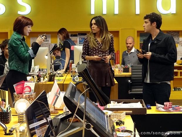 Cléo pega o celular de Mel e passa o número do bad boy para Maurício (Foto: Sangue Bom/TV Globo)