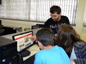 Professor usa web para ensinar alunos em Piracicaba (Foto: Fernanda Zanetti/G1 Piracicaba)