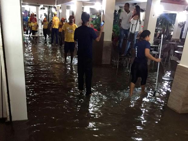 Chuva invade pontos comerciais em Teixeira de Freitas (Foto: Divulgação / Defesa Civil)