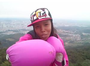 """A atleta cantando rap de seu grupo """"Geração Irmãos em Cristo"""" (Foto: Divulgação/Youtube)"""