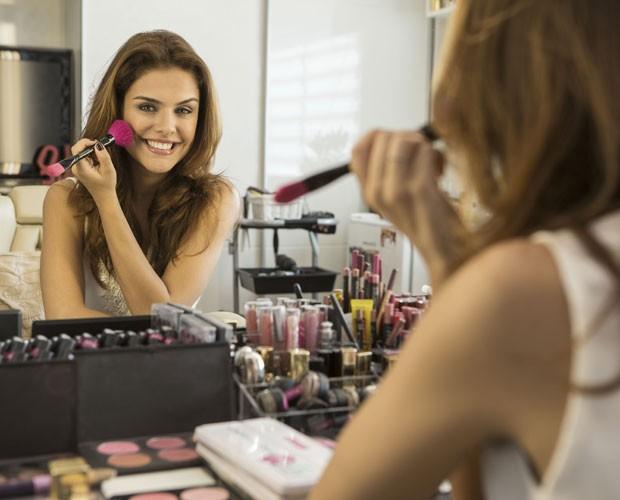 Paloma Bernardi retoca o blush (Foto: Inácio Moraes/ TV Globo)